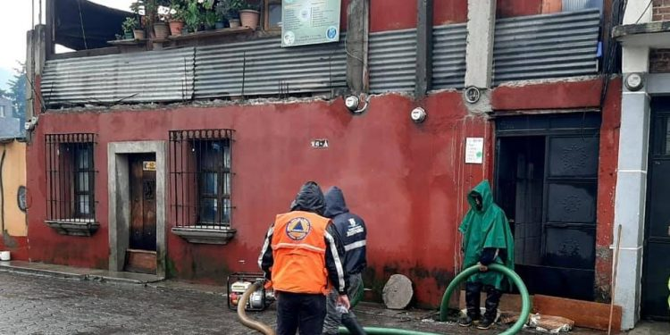Conred asiste a familias afectadas por la lluvia en Sacatepéquez