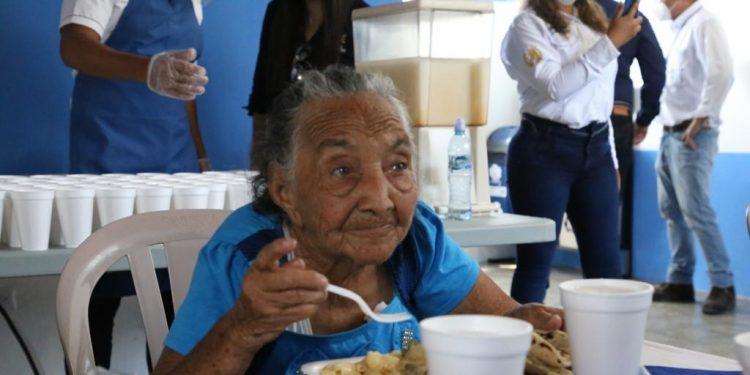 Población de San Diego, Zacapa recibe los alimentos de Comedor Social.