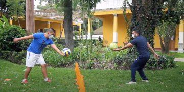 Roberto Vargas, maestro de educación física de nivel medio, enseña como realizar un saque frontal bajo en voleibol./Foto: Digef.
