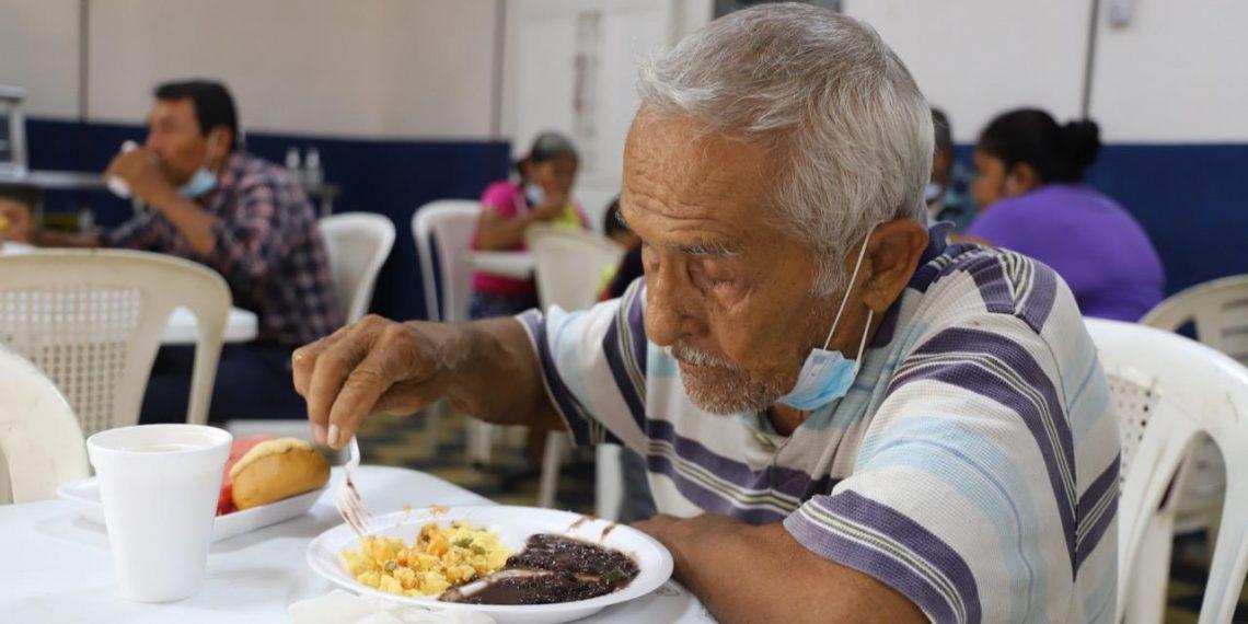 Guatemaltecos reciben las raciones de alimentos en los comedores sociales./Foto: Archivo.