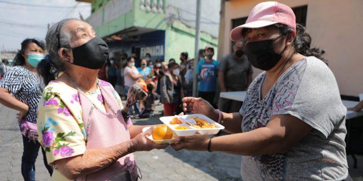 Guatemaltecos agradecieron los alimentos servidos en los comedores sociales./Foto: Álvaro Interiano.