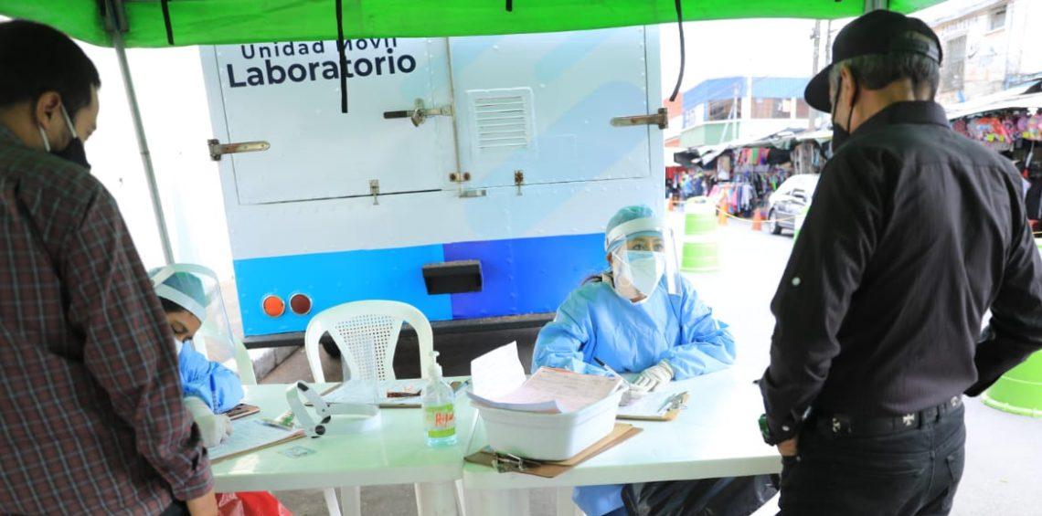 Guatemaltecos asisten a laboratorios a realizarse las pruebas de coronavirus./Foto: Óscar Dávila.