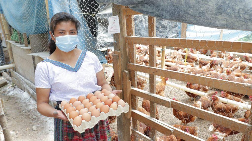 Mujer productora agrícola en su granja