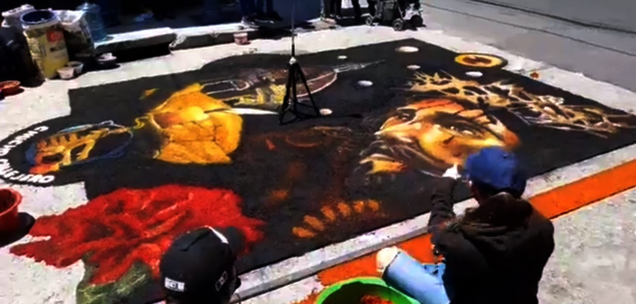 el colectivo Chucho Callejero, del artista Jorge Corleto, realizaron una alfombra dedicada al Nazareno de la Merced.