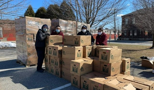 Guatemaltecos residentes de Providence, Rhode Island, Estados Unidos, afectados por la pandemia del COVID-19, recibieron este martes cajas que contienen alimentos