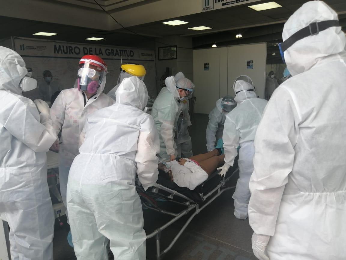 Profesionales de la salud atienden a los guatemaltecos en hospital temporal del Parque de la Industria.