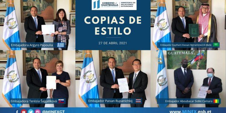 Pedro Brolo, canciller guatemalteco, recibió cinco copias de estilo./Foto: Minex.