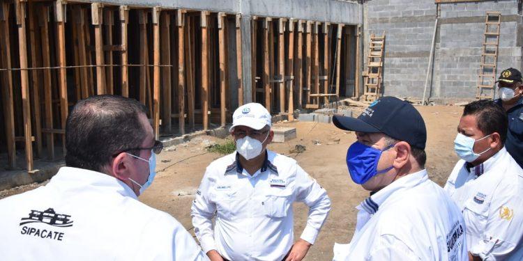 Presidente supervisa avances de la primera escuela tipo albergue, en Sipacate