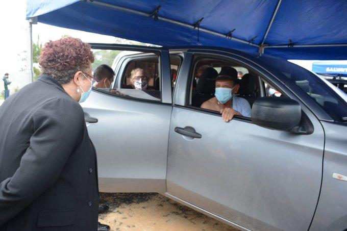Ministra Amelia Flores se acercó a saludar a los asistentes a este centro de vacunación./Foto: MSPAS.