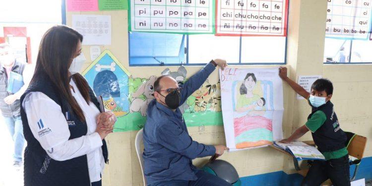 Autoridades del Mineduc supervisan programas educativos en Totonicapán