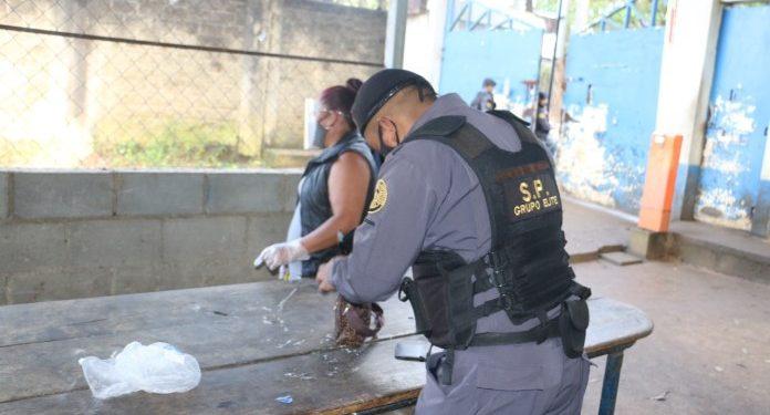 Agentes del Sistema Penitenciario revisan JARBIN YELMO