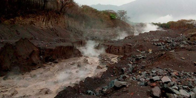 Lluvias provocan descenso de lahares por barrancas del volcán de Fuego