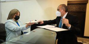 Un representante del Gobierno de Guatemala entregó la iniciativa de ley ante el Congreso de la República