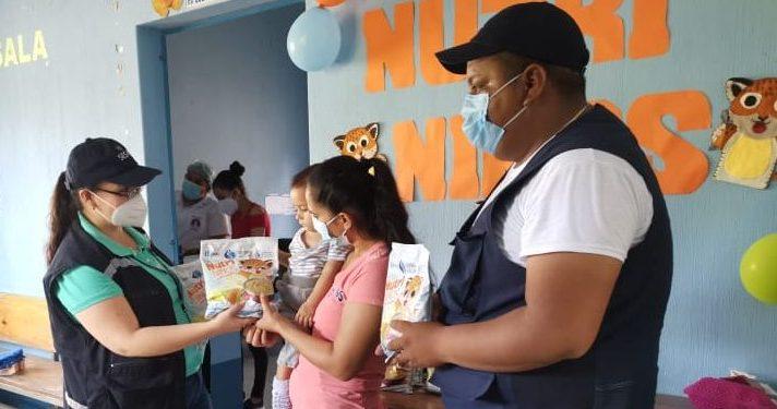 Una madre de familia de Chiquimula recibe el alimento fortificado