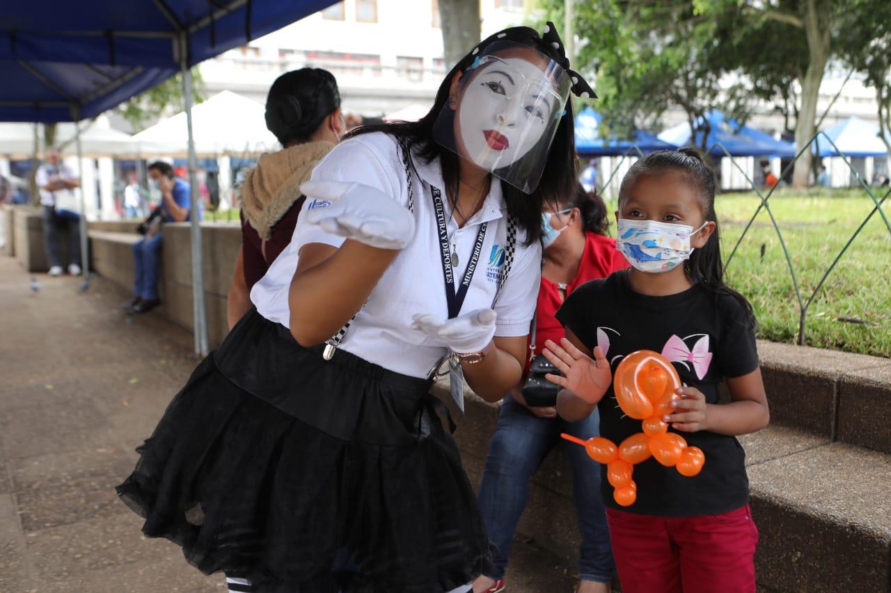 Mimos apoya a los padres de familia que llevan a sus hijos al puesto de vacunación en la Plaza de la Constitución
