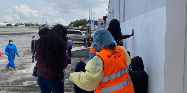 La vacunación contra el COVID-19 de los migrantes retornados se realiza en la FAG.